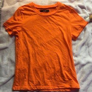 Neon orange tshirt från bikbok i strl XS. 30kr + frakt (44kr)