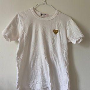 Snyggaste vita tshirten med guldhjärta, en liten defekt som uppkom vid tvätt är att ögonen blivit rosa!! Men tröjan är HELT äkta. Strl M men som ni vet är dem små i strl. Välkommen med bud om ni inte gillar priset 😌