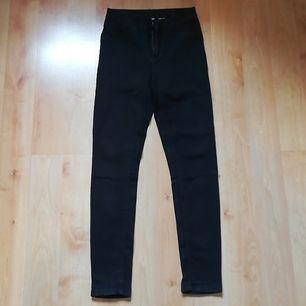 Svart jeans med stretch från KappAhl i storlek 36. Använda 3 gånger och säljs pga. fel storlek. Har ej börjat blekna eller något liknande. Har dragkedja och knapp, samt fickor bak och fram. 75% Bomull, 23% Polyester och 2% Elastan. Pris + inkl. frakt.