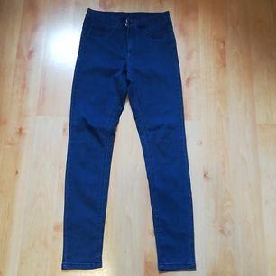 Mörkblåa jeans i stretch-material i storlek 36. Använda 3 gånger och har ej börjat blekna eller liknande. Säljes pga. fel storlek. Har knapp och dragkedja, samt fickor bak och fram. 75% Bomull, 23% Polyester och 2% Elastan. Pris + inkl. frakt.