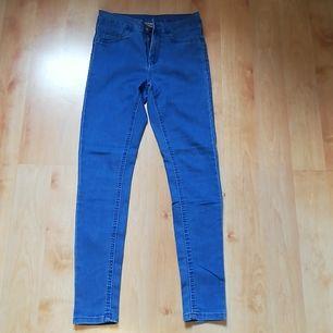 Ljusblå jeans med stretch från KappAhl i storlek 36. Använda 3 gånger och säljs pga. fel storlek. Har ej börjat blekna eller liknande. Har dragkedja och knapp, samt fickor bak och fram. 75% Bomull, 23% Polyester och 2% Elastan. Pris + inkl. frakt.
