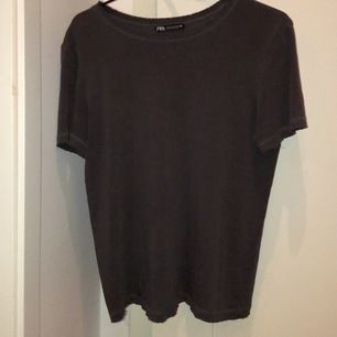 Grå t-shirt från zara storlek m. Köparen står för frakten.