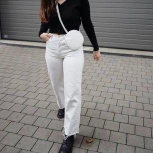 Riktigt snygga och somriga jeans från & Other stories i fint skick! Använder ej för har liknande par. De är i strl 27 och passar mig som är en S. Köparen står för frakt💕 Nypris 690 kr