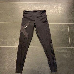 Svarta 2xu tights storlek S. älskar denna moddel på tights med de är tyvär för små för mig, knappt använda. 300kr + frakt💕