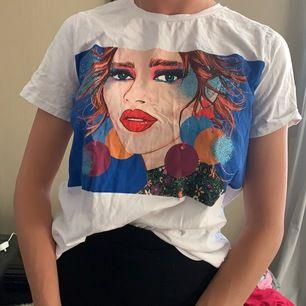 En T-shirt från zara suuuper fin tycker inte jag passar i den  fick av en kompis i present vill ha mer tajt men annars huuur fin som hälst!!