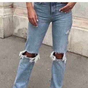 Säljer mina trendiga zara jeans med hål och slitningar. Jag köpte här på plick för 750kr men tror originalpris ligger på runt 450kr kanske? Skulle gärna sälja dem runt priset jag köpte för men förstår såklart om de inte är möjligt! Använda fåtal ggr av mi