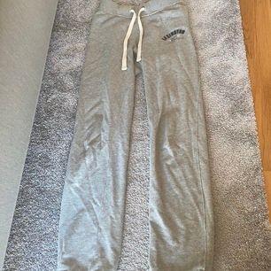 Säljer mina fina gråa lexingtonmjukisbyxor i storlek S, väldigt fint skick och extremt sköna!! Frakt tillkommer