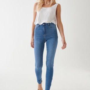 Hejsan;) säljer dessa populära molly high waist jeans från gina tricot i strl S. Använda max 3 gånger, säljer då dem inte kommer till användning 🥰 eventuell frakt tillkommer på 60 kr.