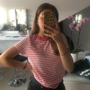 Randig neonrosa t-shirt från Bikbok. Säljer pga att den inte riktigt är min stil. Använd ett fåtal gånger💛😊
