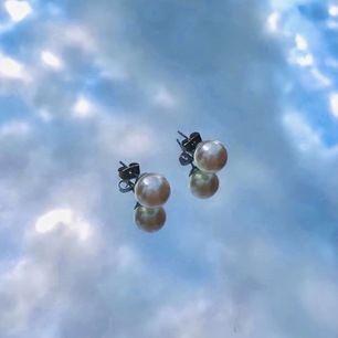 Vita klassiska pärlörhängen, passar både till fest & vardag. I fint skick, helt oskadade. Köpta second hand men desinfekteras innan frakt. Frakten är 11kr, kan samfrakta! Kan skicka fler bilder i DM. 🌸🌸🌸