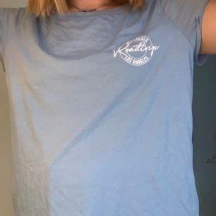 Blå T-shirt från Gina tricot⭐️⭐️ frakt tillkommer kram🕺🏼