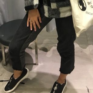 säljer ett par mom jeans från nakd eftersom de är på tok för korta för mig och mina 176 cm. passar dig som är 170 och under! washed-out-black med en ngt ljusare nyans som rand på insidan av benet. storlek är en lite större S! 🌸