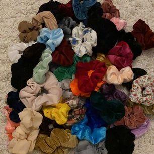 Hej, jag har hur många scrunchies som hälst och jag vill bli av med dem allra flesta 🥰 tar ca 10 - 15 kr st beroende på vilka det är, paketpris kan även diskuteras :)