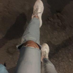 säljer ett par ljusblå raka jeans som jag tyvärr icke har någon bättre bild på. befinner mig atm i norrlands skogar, har inte med mig dom och kan därav inte erbjuda bättre bilder än såhär, hoppas att det går an! strl är en större M! säljes för 200kr! 🔆
