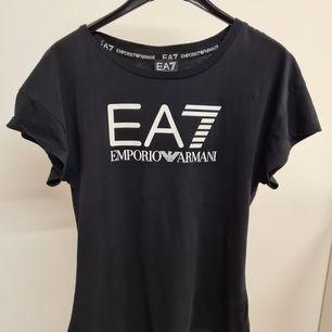 Svart Armani t-shirt i storlek XS. Använd ett fåtal gånger. Kan mötas upp eller posta.💕💕 #armani