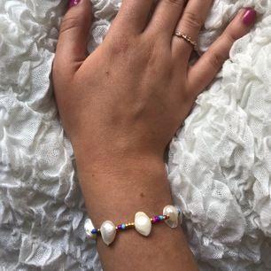 Säljer handgjorda smycken med färglada glaspärlor, sötvattenspärlor samt gulddetaljer. 10% går till Talita💖 Armband från 89 kr, Halsband från 99 kr