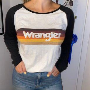 En snygg wrangler tröja! Använde cirka 5 gånger. Köpt för 250kr. Kan mötas i Uppsala eller skickas. Köpare står för frakt. Swish💗