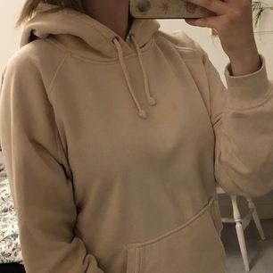 Jättemysig beige hoodie från bikbok. Använd några gånger men i fint skick. Storlek L. Säljer för 100kr +frakt <3