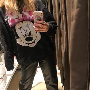 En sweatshirt från Zara med tryck. Knapp använd och är i en super najs modell. Köparen står för frakt men möts även upp i stockholm.