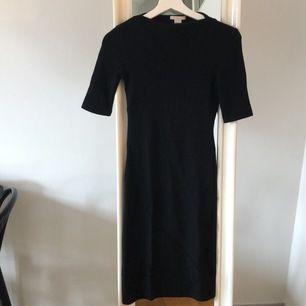 Svart tight klänning från HM, använd en gång!