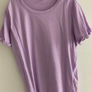 Lila tröja från Bikbok i storlek xs, nästan oanvän. Den är lite skrynklig men självklart stryker jag dem innan jag skickar den💓 (den är lite stor i storleken)