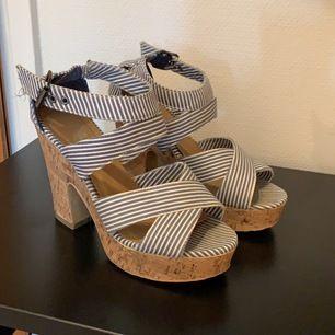 blå och vit randiga skor med träklack, storlek 37 (passar 38a också, jag har det) spännen vid anklarna. köpta på dinsko! frakten ingår 🦋