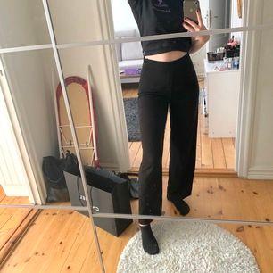 Kostymbyxor med vida ben. Litet hål på benet som syns i bild 3 därav det billiga priset