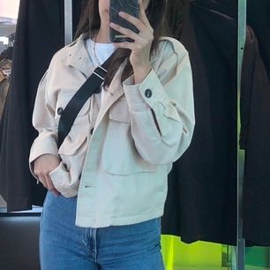 Säljer en beige jacka som är använd 1 gång. Jackan är beige och passar bra nu till detta vädret. Skicka för fler bilder. Frakt tillkommer