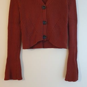 Midjelång kofta i rödbrun färg, stickad, från asos storlek 38, bellsleeves