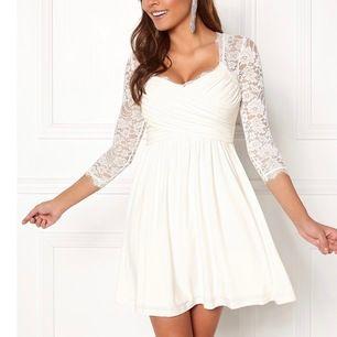 Säljer en jätte fin vit klänning den är bara använd en gång och sedan dess har den inte varit till någon användning , super fin , inga fläckar eller några andra konstigheter💖 ord pris 549kr