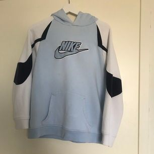 En snygg vintage Hoodie från Nike! Den är i strl L fast i barnstorlek, det motsvarar ungefär xs-s. Den är som sagt i ett vintageskick så skicket är 7/10 ungefär☺️ den har lite små fläckar här och var