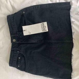 Svart jeanskjol från Zara i strl XS. Jättefin och aldrig använd då den tyvärr är förliten för mig.💓