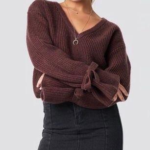 Jag säljer en jättefin stickad tröja från en av Linn Ahlborgs första kollektioner med NA-KD. Tröjan är i bra skick. Jag säljer tröjan för den är för stor för mig även fast den är I storlek XS. Jag föredrar inte oversize tröjor. Frakt tillkommer.