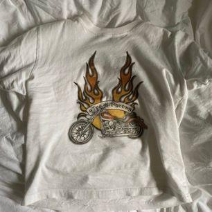 Säljer denna ASBALLA t-shirt då den inte kommer till användning. Köpt på secondhand med märket är kappahl. Trycket är lite urtvättat med tycker tröjan är snyggare så. Frakt blir 25 kr💕 storleken är 122-128 boys, men passar mig som är xs/s