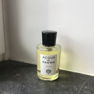 Acqua di Parma Colonia är en ren doft som återspeglar Italien. Doften är en perfekt blandning av citrusfrukter, lavendel, rosmarin och orientaliskt trä. Orginalpris 1190 kr. Fått i present och endast provad! 🍋