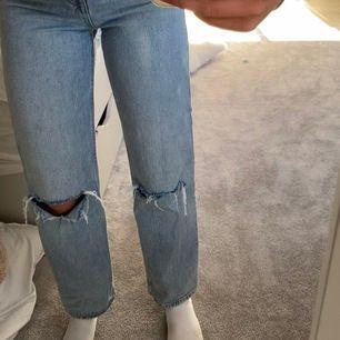 Lägger ut dessa jeans igen pga oseriös köpare. Skitsnygga jeans från hm som jag själv gjort hål i🥰 Det är budgivning som startar på 250kr! (Buda helst inte i kommentarerna utan kontakta mig istället)💓💓 högsta bud: 550kr