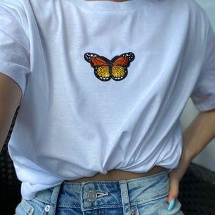 Finns olika färger på fjärilen som man kan få välja på! Finns både i svart och vit t shirt i storlekarna XS-L och 199kr FRI FRAKT!