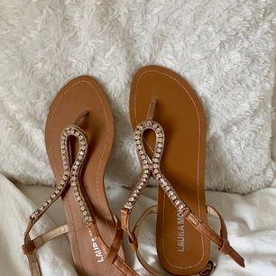 Sandaler som är köpta i Grekland och som endast är använda där. De är köpta på någon random butik och märker heter Laura Mode. Frakt = 80kr