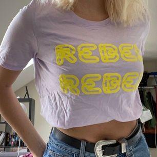 Lila T-shirt med gult tryck. Använd fåtal gånger. 60kr och frakt tillkommer💜💛