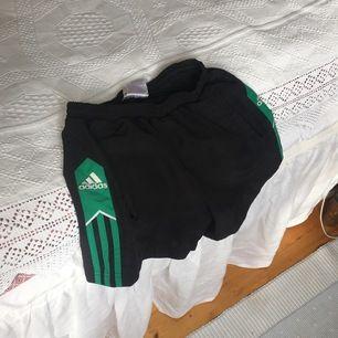 Säljer de här skitsnygga Adidas shortsen, köpte de hör på plick men de va tyvärr lite för små för mig:( priset är inkl. Frakt! Kan också mötas i Örebro.