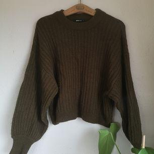 Stickad tröja i en mossgrön kulör från ginatricot, super len och mjuk i materialet, strl M.                        Köparen står för frakten.
