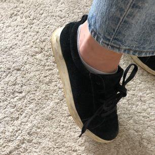 Svarta sneakers med vit sula från Bianco. Strl 37, true to size. Jättesköna. Säljer för att jag redan har flera svarta sneakers. Lätt att rengöra.