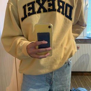 En as cool sweatshirt i storlek M, väldigt vintage aktigt 😁🙏 Frakt tillkommer, är det många intresserade kör vi budgivning 🤝🆒
