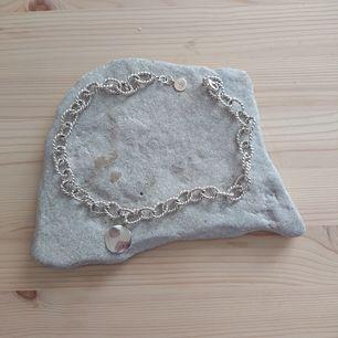 Själva halskedjan är från Snö tror jag och är silverpläterat, men är i bra kvalité. Hänget som sitter på är i äkta silver. Hela halsbandet är i mycket fint skick!