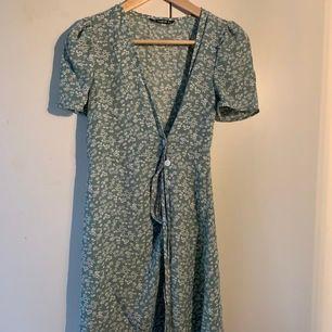 Superfin klänning från Shein som tyvärr va för liten för mig när jag fick hem den! Säljer för 140kr och då är frakt inkluderat. Dessvärrre är en knapp av men det är superlätt att sätta på den igen.