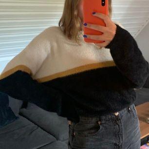 En gosig tröja från pull&bear i storlek M. Sparsamt använd och i jättefint skick. Bud + frakt🦋