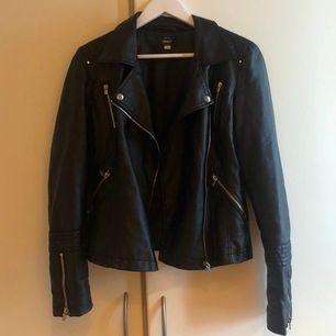 """Säljer svart """"skinn""""jacka från märket Only i storlek 36. Priset kan diskuteras."""