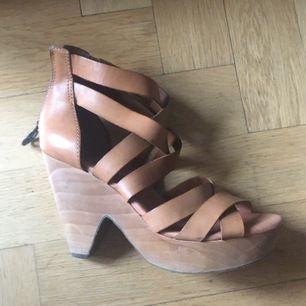 Sköna klackar från Lucky brand i ljust läder. Klacken är i trä och är ca 12 cm hög.