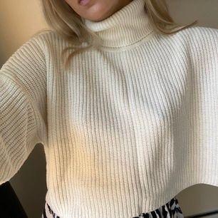 Jättefin vit stickad tröja med polo som går att vika som man vill ha den, bra skick!! 💕