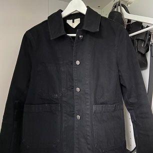 """Säljer denna vårjacka från Arket! Sitter superfint💖 har ändrats lite i min stil och därför säljer jag den! """"Cotton Twill Workwear Jacket"""" nypris är 890 kr"""